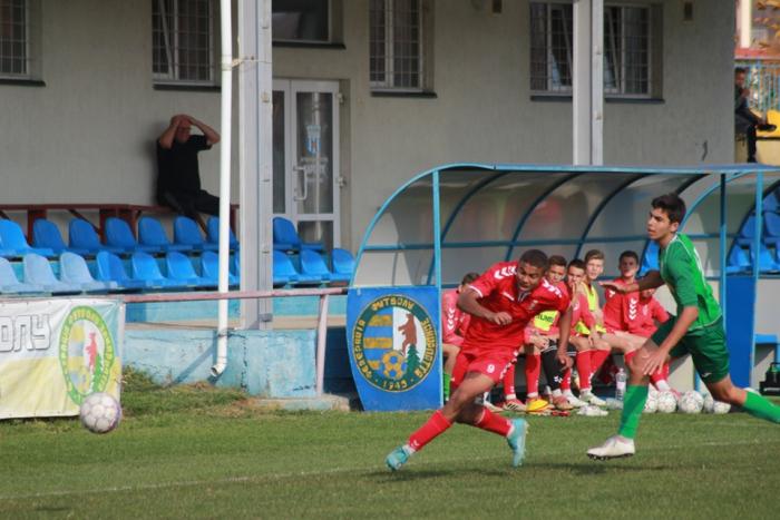 На найвищому рівні ДЮФЛУ виступають дві закарпатські команди – мукачівська «Мункач футбольна академія» (МФА) та ужгородська спортивна дитячо- юнацька спеціалізована школа олімпійського резерву з футболу (СДЮСШОР).