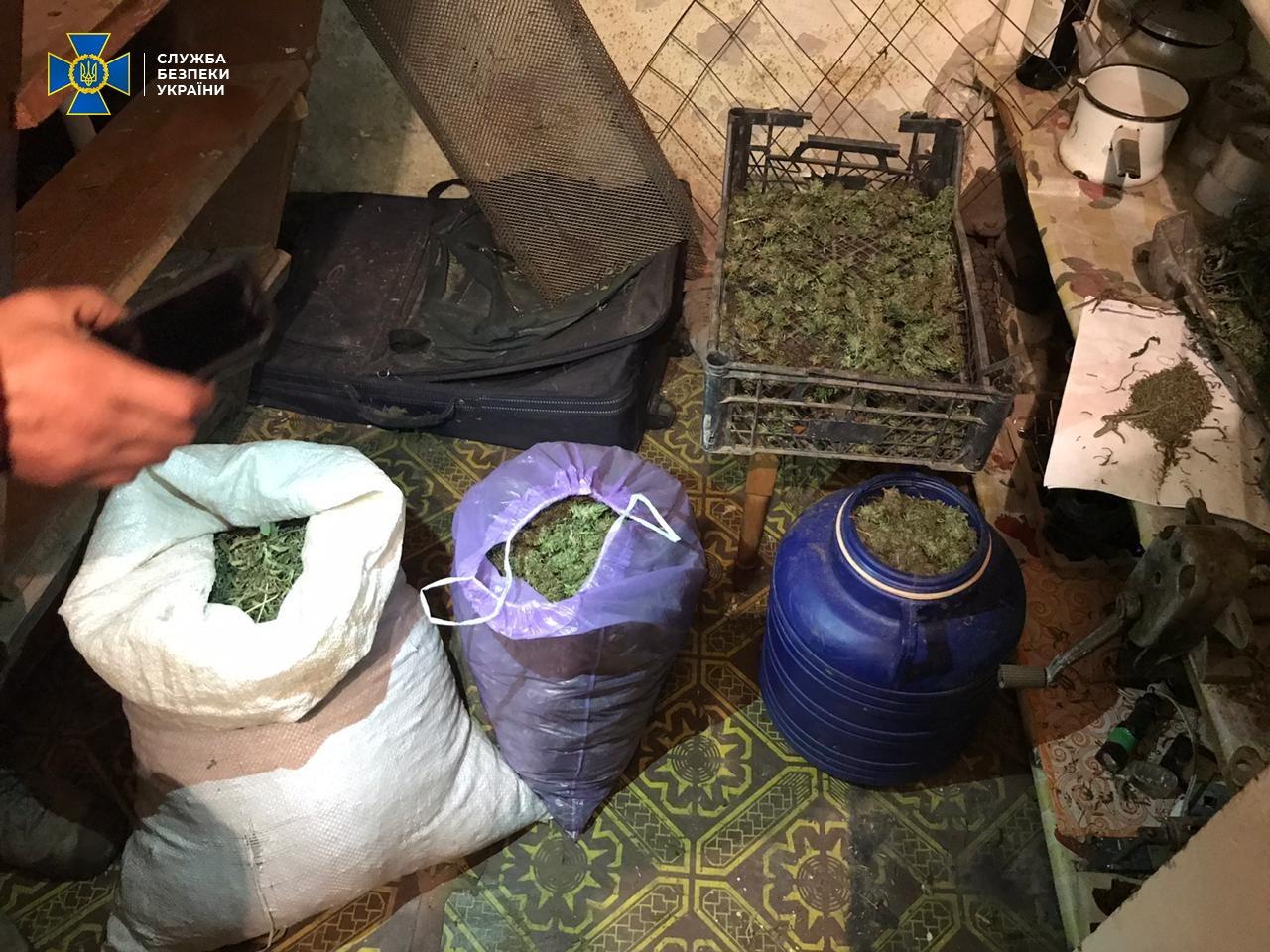 Діяльність злочинної групи, яка спеціалізувалася на незаконному збуті оптових партій наркотичних засобів, блокувала у Закарпатській області Служба безпеки України.