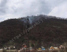 """У Мукачево вогонь з гори """"Ловачка"""" поволі суне на житлові будинки міста"""
