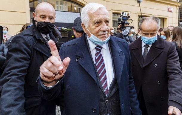 Вацлав Клаус носив маску лише на підборідді 17 листопада на святкуванні в центрі Праги річниці антикомуністичної