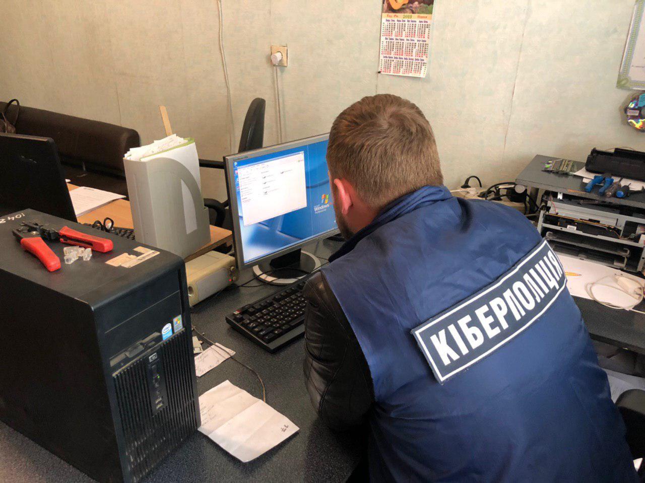 Сотрудники киберполиции Закарпатской области установили, что жители Ужгородского района незаконно расшифровыыв запрещенные телеканалы. В настоящее время по данному факту начато досудебное расследование.