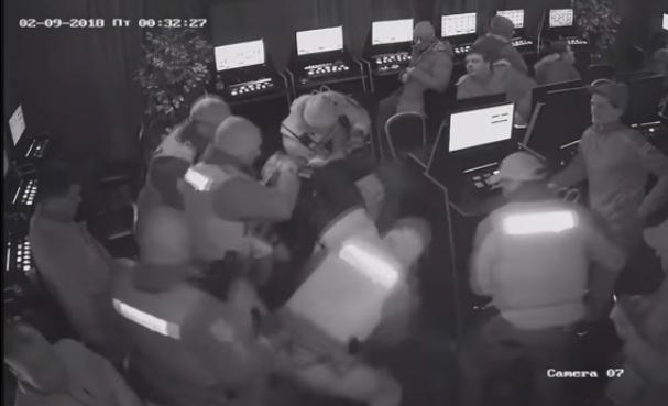 поліцейські намагались змусити хлопця виплюнути пакет, однак він знепритомнів.
