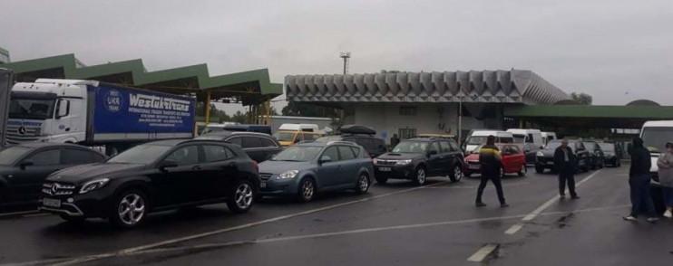 Прикордонники повідомляють про скупчення машин на українсько-угорському кордоні.