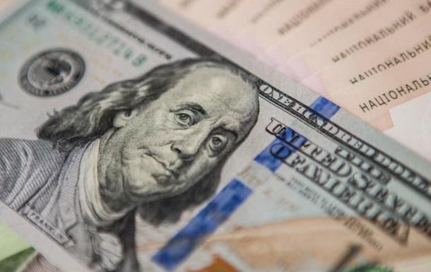 При цьому курс гривні на міжбанківському валютному ринку знизився на три копійки, до 24,45 за долар.