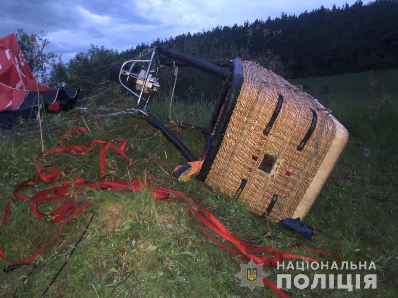 У Хмельницькій області поліція відкрила кримінальне провадження за фактом падіння повітряної кулі з людьми на борту, у результаті чого загинула одна людина,