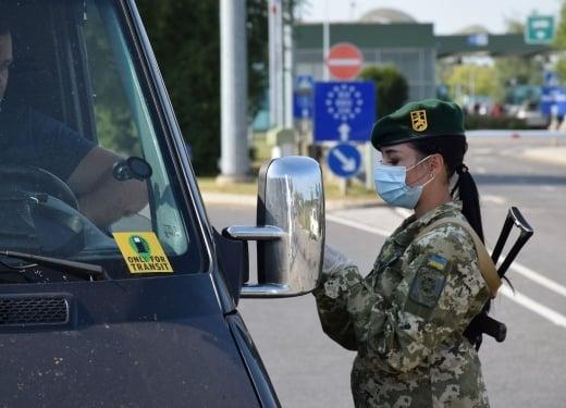 24-річний чоловік та 20-річна жінка, які їхали в Україну, хабарем у розмірі 500 гривень намагались підкупити прикордонників, бо не мали бажання перебувати на самоізоляції.