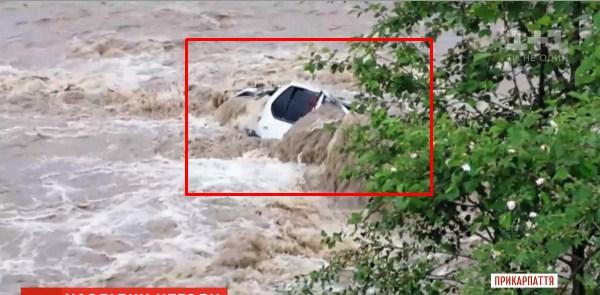 В селе Дземброня пожилая женщина упала в бурный ручей и утонула. В Яблунице в реку слетел автомобиль. Очевидно, водитель не знал что тамошняя река разлилась и смыла кусок дороги. Погибли двое.