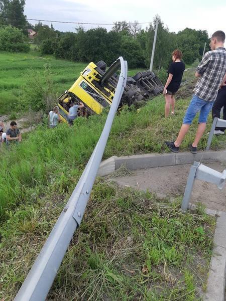 На Житомирщині перекинулася вантажівка, якою керував закарпатець.