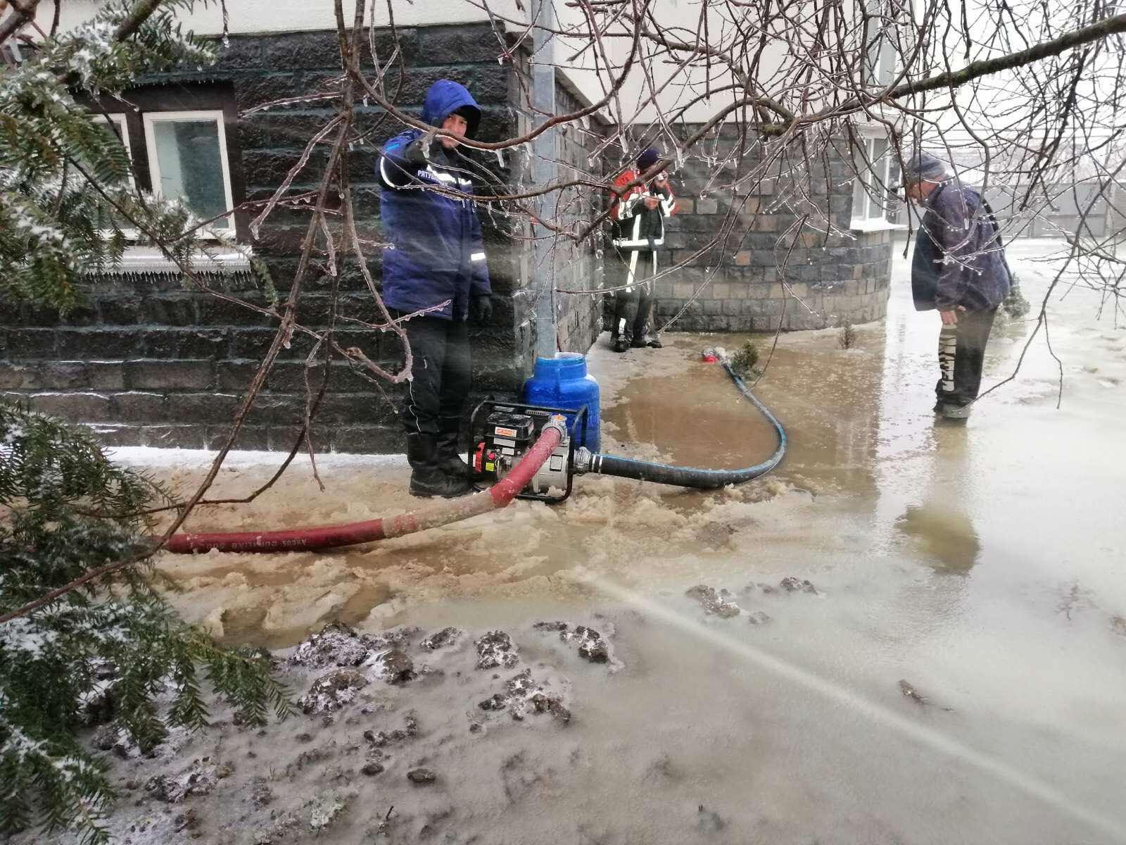 Закарпатские спасатели устраняют последствия паводка в населенных пунктах и готовятся к ухудшению погодных условий.