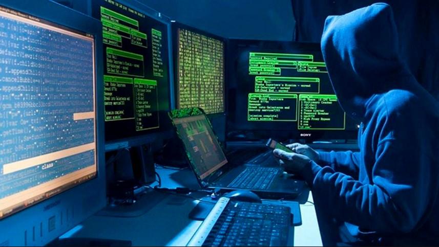 Під час обшуку будинку мешканця Мукачівщини, який через шкідливе програмне забезпечення несанкціоновано отримував чужі кошти, поліція вилучила комп'ютерне обладнання та інші речові докази.