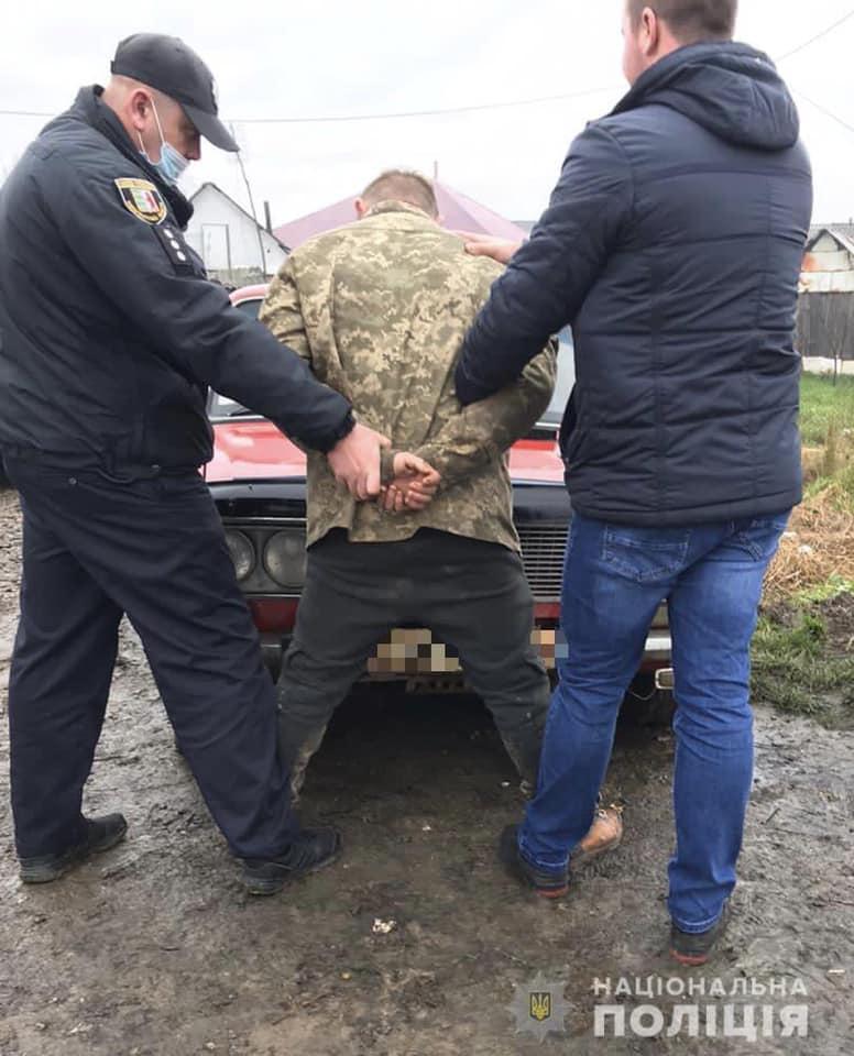 Сьогодні близько 06.00 ранку до поліції Берегова звернувся 58-річний житель села Берегуйфолуші. Чоловік  розповів, що вночі з  його  дворогосподарства невідомі викрали  автомобіль «ВАЗ – 2106».