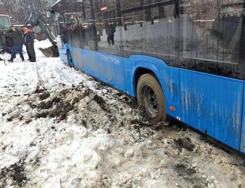 """В Ужгороді два автобуси """"Електрон"""" застрягли на зупинці біля міської лікарні."""
