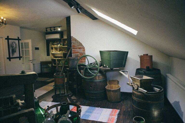 У експозиції зібрано понад 150 оригінальних цінних речей із винних регіонів Угорщини, Словаччини, а також Закарпаття.