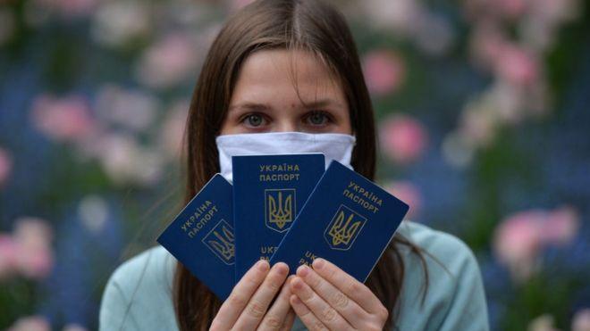 Минулого року президент Зеленський оголосив повернення українських трудових мігрантів до України і створення для них умов для самореалізації одним з пріоритетних завдань на посаді.