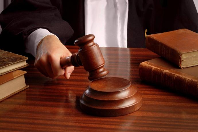 Особа підозрюється у вчиненні злочинів, передбачених ч. 2 ст. 28, ч. 1 ст. 366 та ч. 4 ст. 191 КК України.
