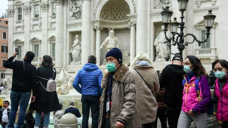 У Римі деякі, особливо туристи з Китаю, вже ходять в масках.