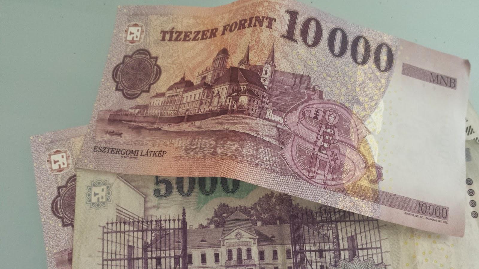 В офіційному курсі НБУ щодо долара гривня все ще втрачає позиції, але на міжбанку вона вже перейшла до зростання. Також національна валюта зміцнилася щодо євро.