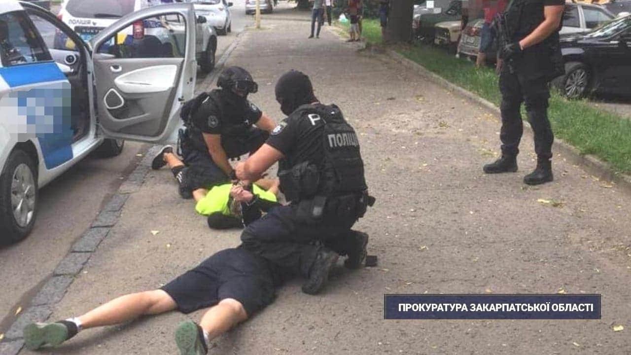 Прокурором Ужгородської місцевої прокуратури погоджено підозру в незаконному збуті психотропних речовин 20-річному закарпатцю, якого вчора затримали на одній з вулиць обласного центру (ч.1 ст. 307 КК)