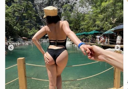 Виконавиця збентежила шанувальників відвертим контентом і не забула про рекламу купальників власного виробництва.
