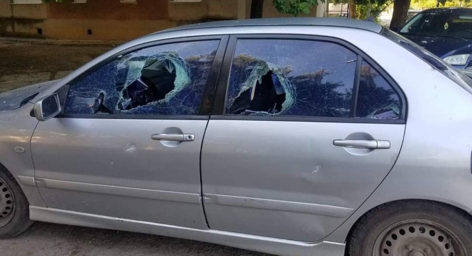 Сьогодні у Мукачеві невідомі зловмисники потрощили автівку депутата міськради.