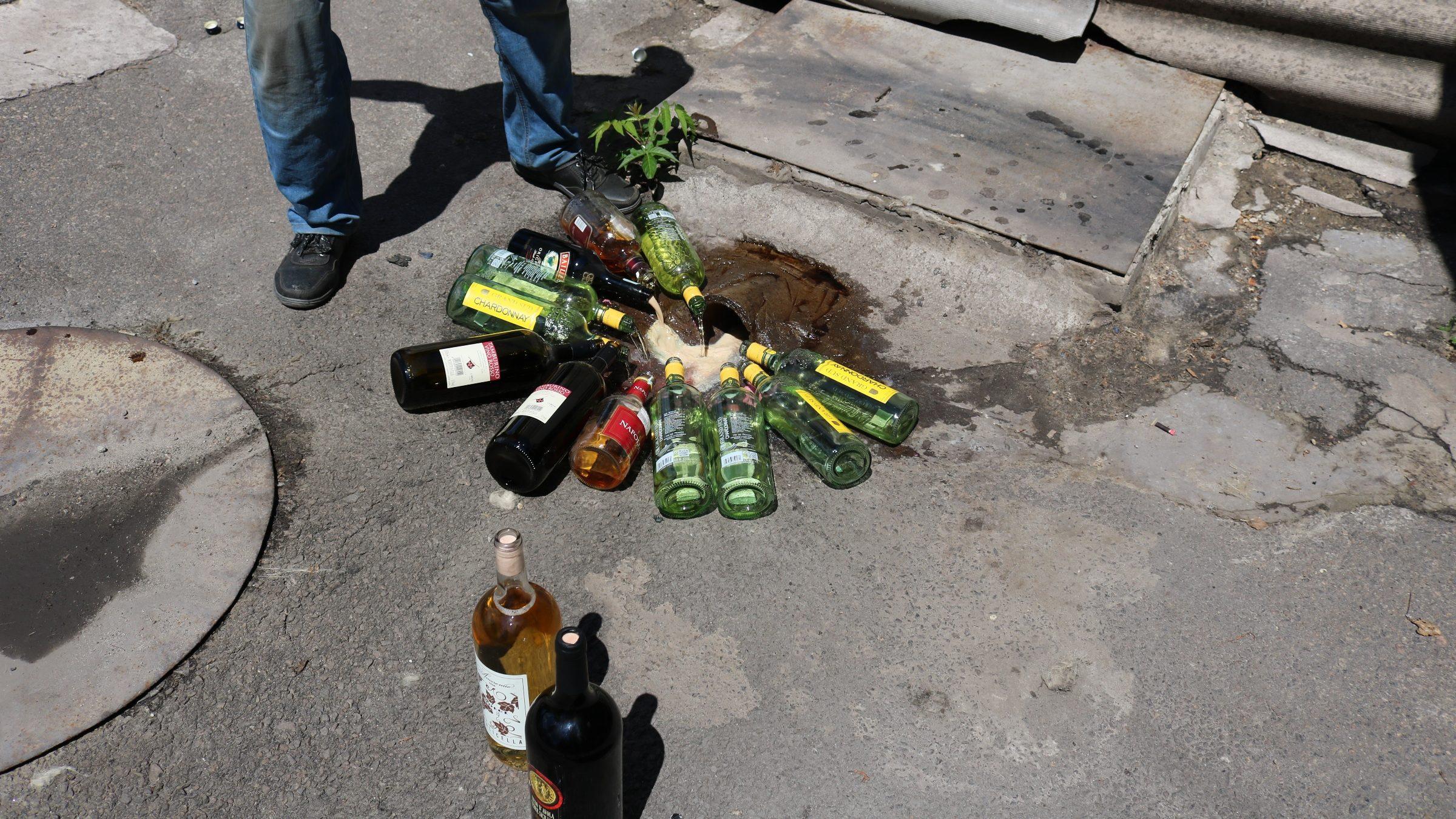 Згідно з рішeнням cуду, днями ліквідували понад 250 пляшок алкогольних напоїв імпортного виробництва.