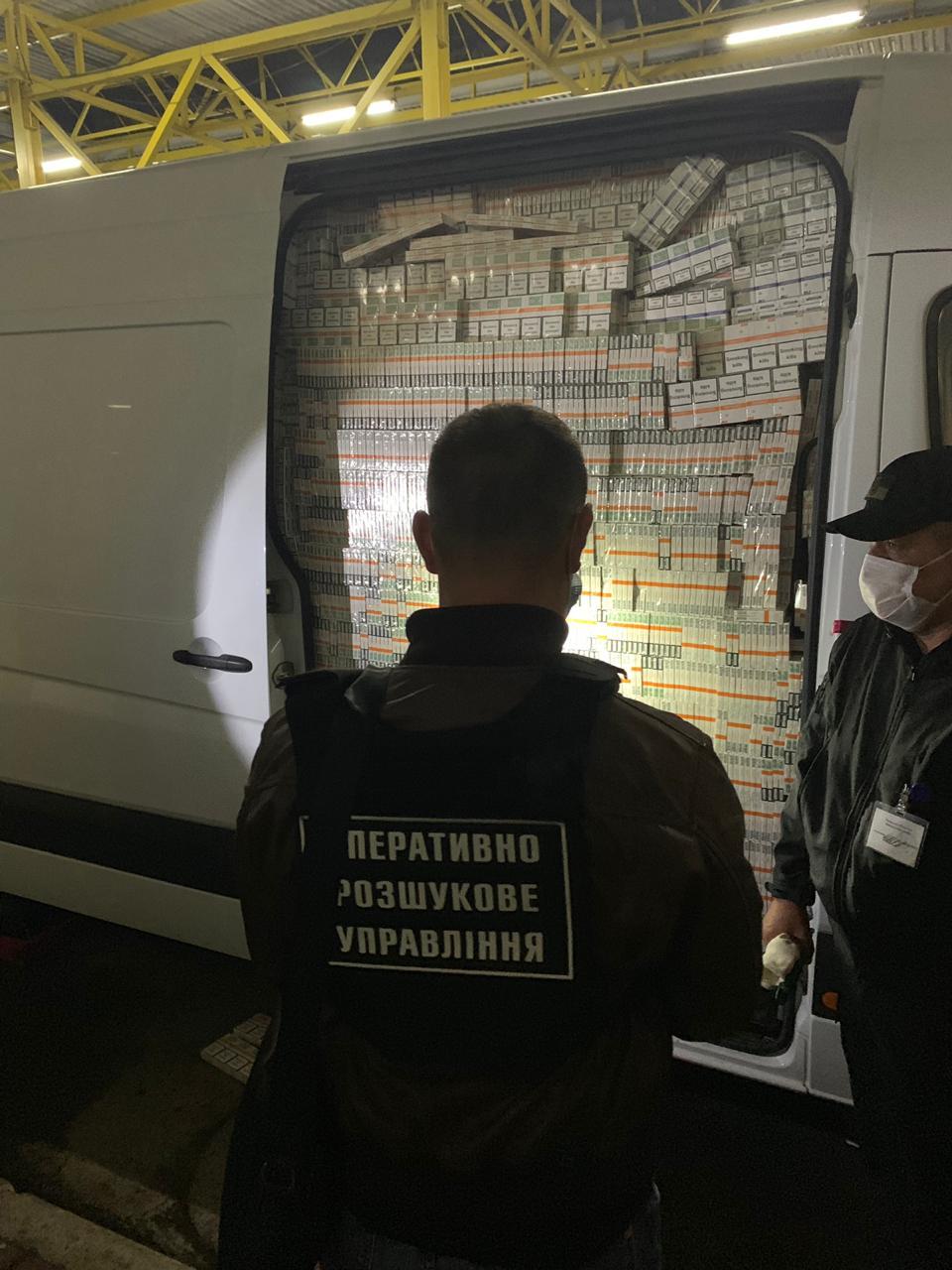 Псевдодипломат намагався «проскочити» кордон з повним мікроавтобусом сигарет.