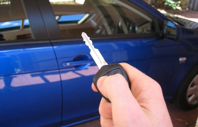 Протягом двох років у період з 2015 по 2017 рік в Києві чоловік пропонував своїм клієнтам елітні автомобілі.