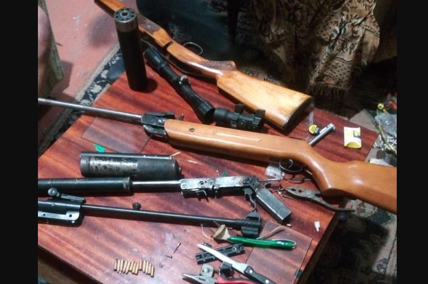 За один рік українські прикордонники виявили у контрабандистів 800 одиниць різної зброї, в тому числі холодної, 11 тисяч бойових патронів, 35 кілограмів вибухівки.