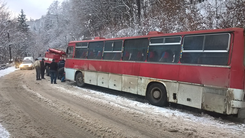 На Закарпатті  в кювет занесло автобус