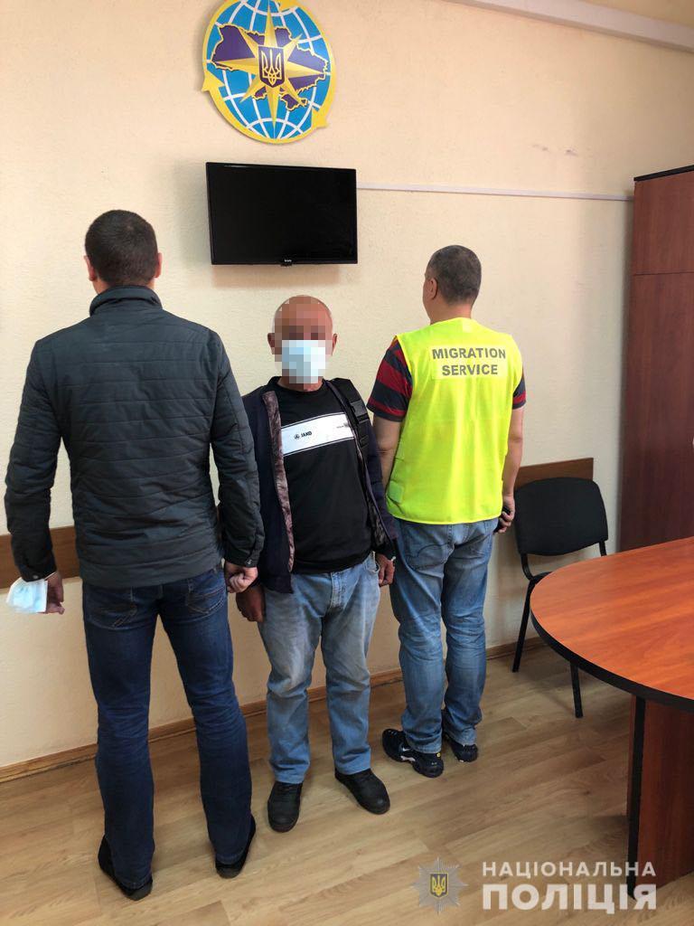56-річний іноземець, який з 2015 року проживав у місті Новояворівськ Яворівського району, перевищив дозволений строк свого перебування в Україні.