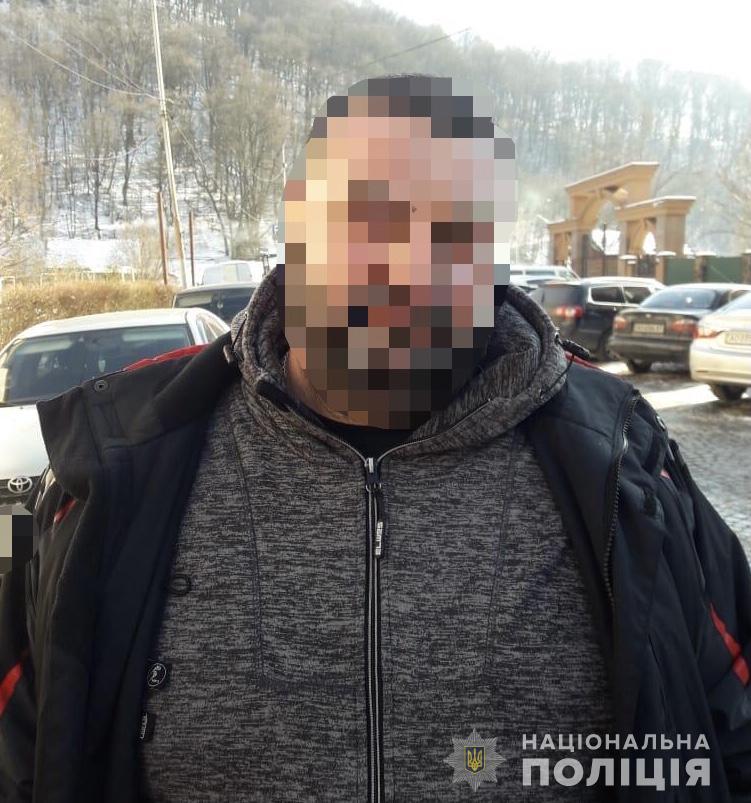 В ході поліцейської спецоперації встановлено, що чоловік протягом майже трьох місяців погрожував 38-річному потерпілому вбивством, якщо той не заплатить йому гроші.