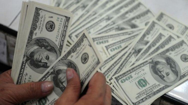 Долару не дозволили довго провалюватися вниз. 23 жовтня його безготівковий курс підскочив відразу на 18 копійок, і вийшов на 24,98-25,05 грн / $.