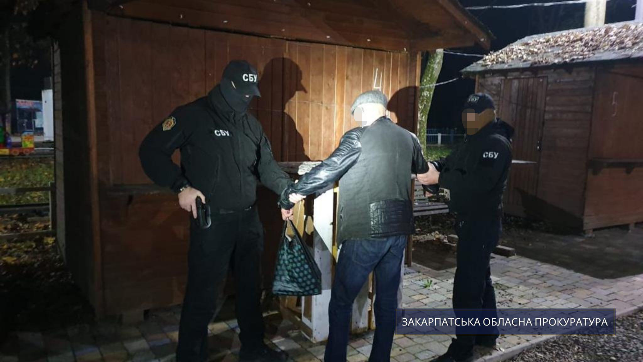 Правоохоронці викрили схему підкупу виборців на користь одного з претендентів на посаду міського голови Ужгорода.