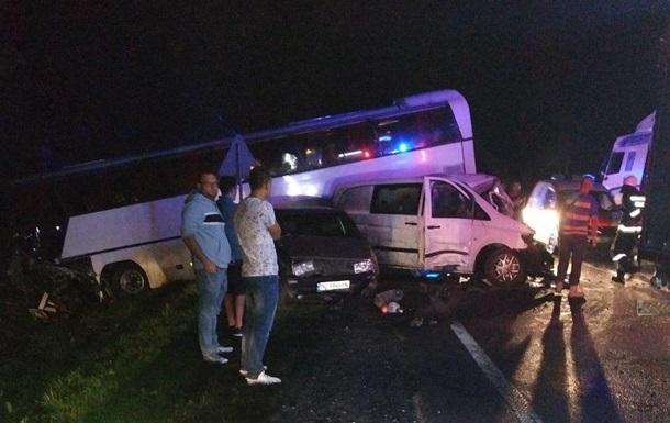 Одна людина загинула і 14 осіб, серед яких 12 дітей, постраждали в результаті зіткнення автобуса з мікроавтобусом і легковиком.