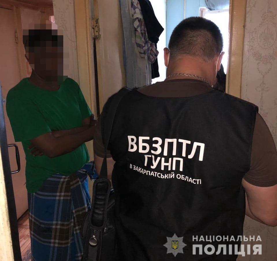 Поліція Закарпаття продовжує розслідування у справі щодо функціонування каналу переправи нелегальних мігрантів через державний кордон України.
