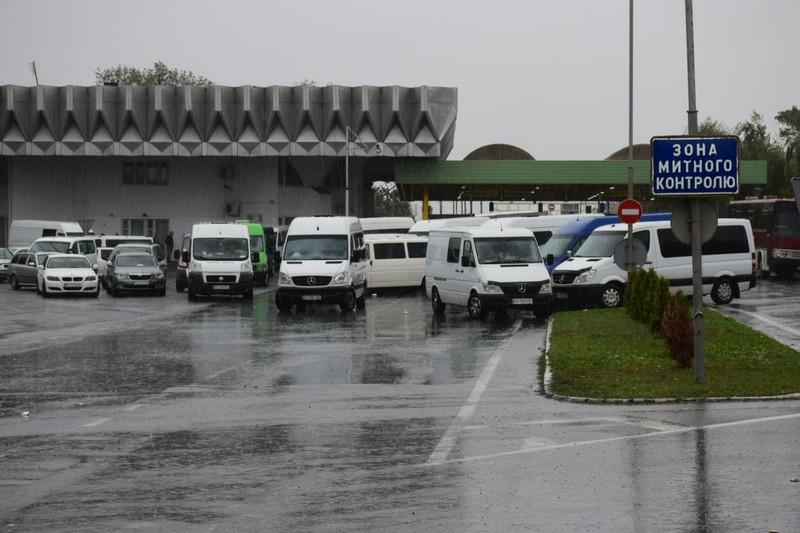Служба автомобільних доріг у Закарпатській області  дає рекомендації для тих, кому вкрай необхідно поїхати закордон чи повернутись в Україну з урахуванням зручних маршрутів та карантинних обмежень.