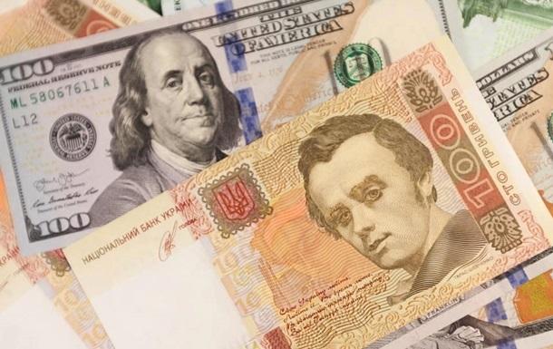 Курс долара на міжбанку в продажу зріс на 13 копійок, до 24,61 гривні за долар, курс у купівлі також піднявся на 13 копійок - до 24,57 гривні за долар.