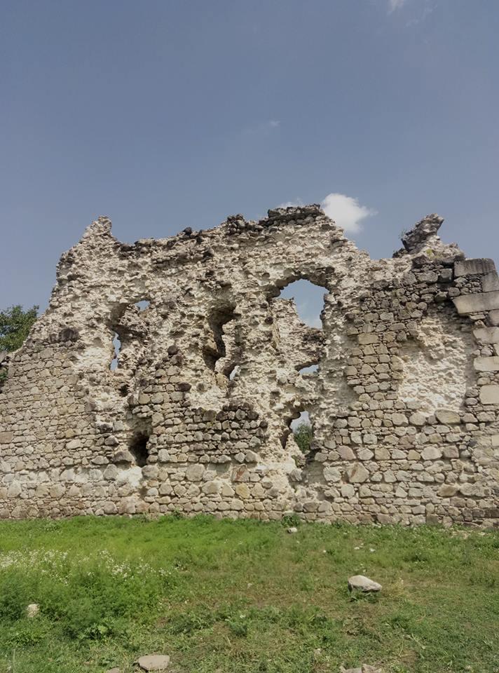 Замок в Середньому розсипається на очах