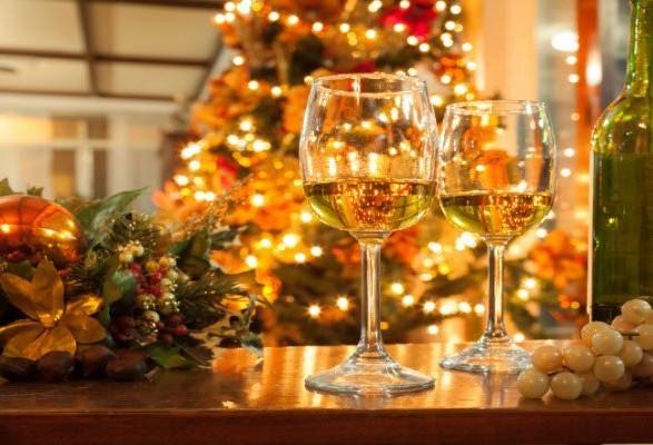 Напередодні новорічних свят виробники алкоголю не будуть підвищувати ціни на свою продукцію. Навпаки – українським споживачам можна розраховувати на приємні акційні пропозиції.