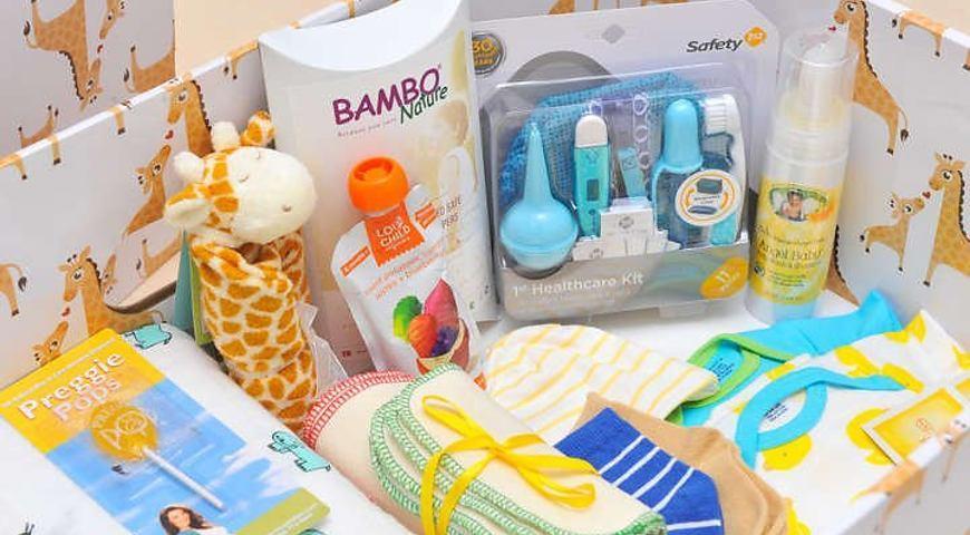 З минулого року за ініціативи Уряду України кожна мама під час виписки з пологового будинку отримує одноразову натуральну допомогу «пакунок малюка».