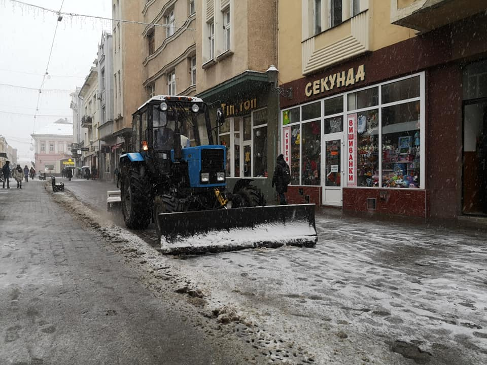 Через погіршення погодних умов сьогодні зранку в Ужгороді працює снігоприбиральна техніка – 4 КДМ (комплексні дорожні машини), трактори, навантажувач.