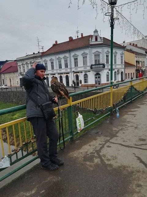 В областном центре Закарпатья неравнодушные ужгородцы вновь обратили внимание на мужчин, которые предлагают сфотографироваться с хищными птицами за деньги.
