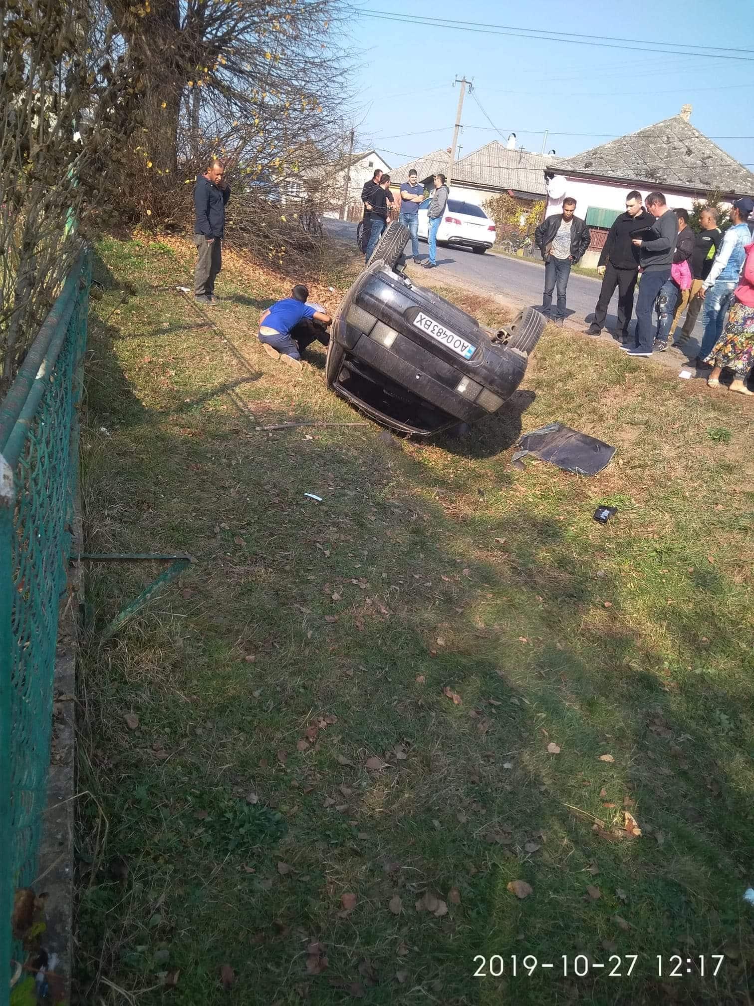 Аварія сталася у селі Мирча, Великоберезнянського району. Найбільше постраждали пішоходи, а саме дідусь із внучкою, які йшли по гриби, вони у важкому стані.