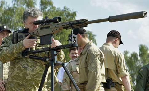 Президент Петро Порошенко витрачає власні кошти на придбання зброї, яку передає Збройним силам України.