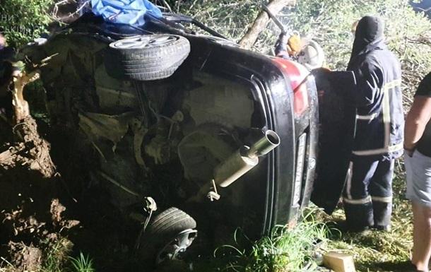 Рятувальники деблокували людей, які перебували в автомобілі. Обставини аварії з'ясовуються.