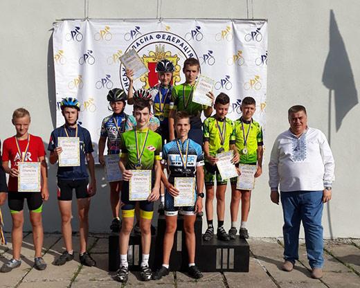 """""""Переможне турне"""" юних велосипедистів з Закарпаття триває – цього разу в місті Рівне, 24 серпня, на командній естафетній гонці."""
