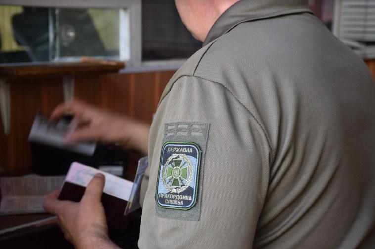 Учора ввечері в пункті пропуску «Лужанка» прикордонники Мукачівського загону виявили жінку, яка при перетині кордону надала для перевірки чужий паспорт.