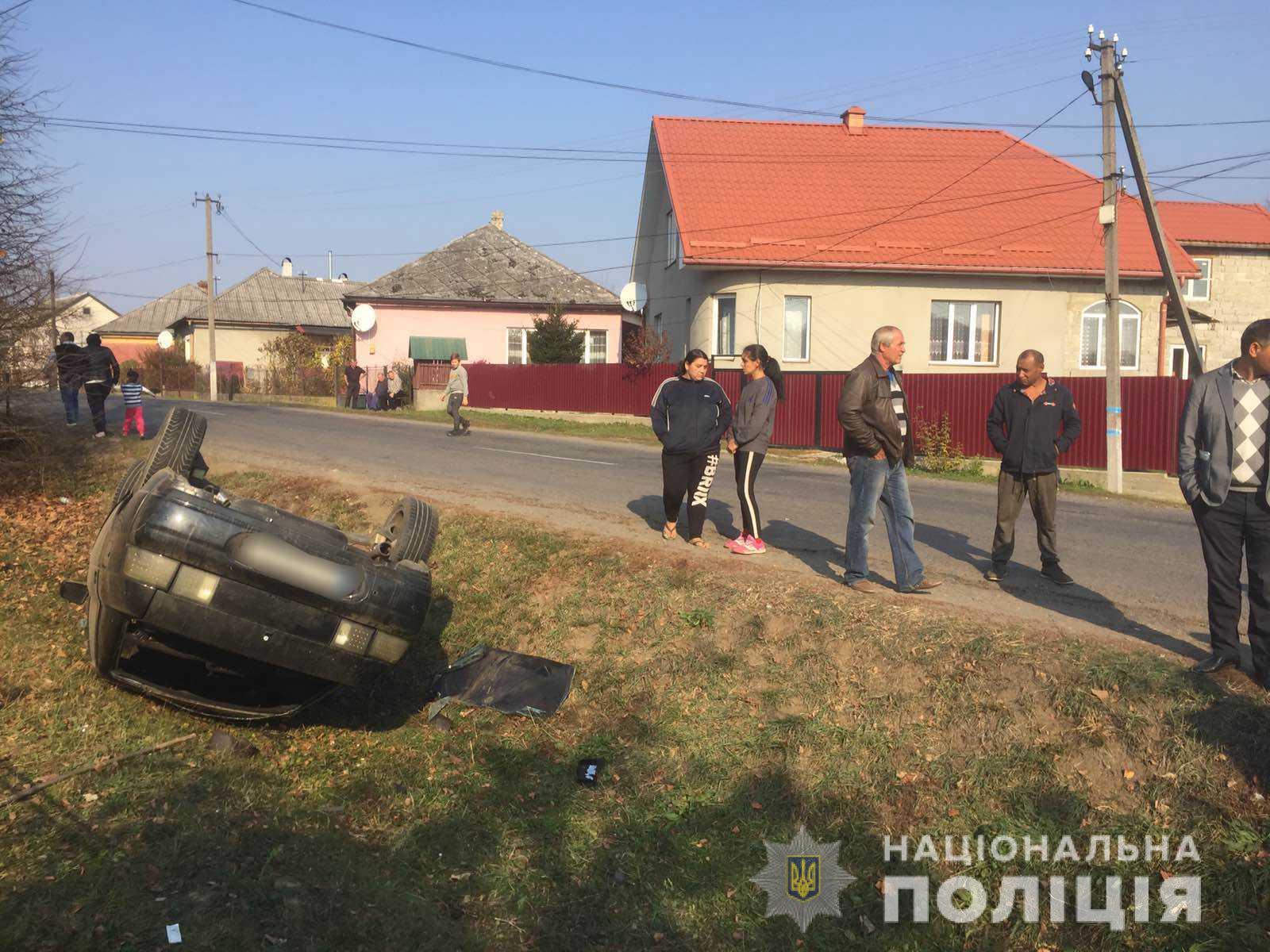 За фактом автопригоди у селі Мирча Великоберезнянського району поліція розпочала слідство. Трьох травмованих, серед яких неповнолітня дівчинка, госпіталізовано до районної лікарні.