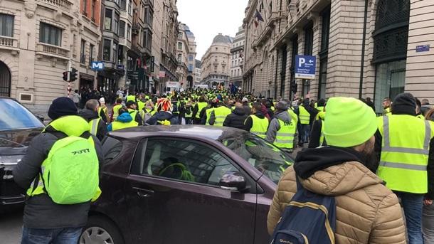 """У Брюсселі почалися масові протести """"жовтих жилетів"""" через ціни на пальне"""