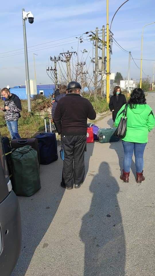 Люди наразі стоять на словацькому боці кордону.